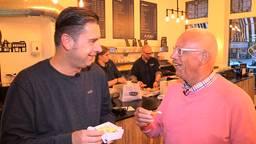 Verslaggever Ronald Sträter in gesprek met oud-speler Bertus Quaars.