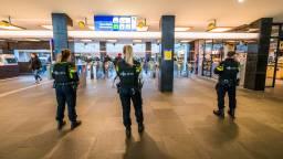 Agenten in het station in Eindhoven. (Foto: Sem van Rijssel/SQ Vision Mediaprodukties)
