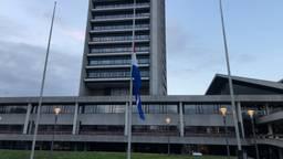 Vlag halfstok bij het provinciehuis in Den Bosch. (Foto: Paul Post)
