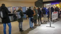 Rij voor het stembureau op het station in Eindhoven. (Foto: Arno van der Linden/SQ Vision)