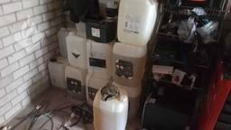 De vaten werden ontdekt in een garagebox in Tilburg. (Foto: Politie.nl)