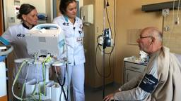 Stagiaire Esmee Duinhof controleert de bloeddruk van een patiënt (Foto: Imke van de Laar)