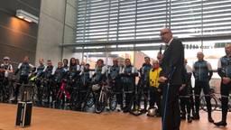 Burgemeester Mikkers zwaait de ambtenaren uit
