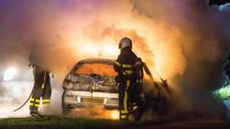 De brandweer bluste de auto in Rucphen. (Foto: Alexander Vingerhoeds)