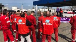 Shell-medewerkers bij de poortactie op Moerdijk voor meer loon. (foto: Raoul Cartens)