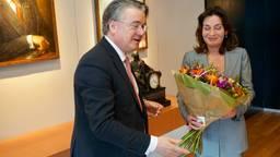 Bloemen van commissaris van Koning, Wim van de Donk, voor Désirée Schmalschläger (foto: provincie).