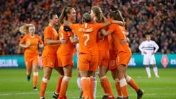 Blijdschap bij de Oranjeleeuwinnen na een van de goals tegen Mexico. (Foto: VI Images)