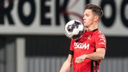 Bart Meijers controleert de bal in het shirt van Helmond Sport (foto: VI Images).
