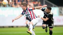 Jordens Peters in duel met Ajacied Dusan Tadic (foto: VI Images).