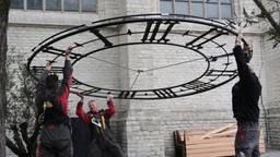 De wijzerplaten werden maandagochtend teruggehangen aan de Grote Kerk in Breda. (Foto: Perry Roovers)