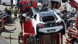 De auto werd in een waterbak van de brandweer ondergedompeld. (Foto: Perry Roovers/SQ Vision)