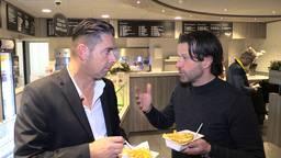 Verslaggever Ronald Sträter eet een frietje met Ernest Faber van PSV.