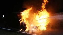 De auto ging in vlammen op. (Foto: Bart Meesters)