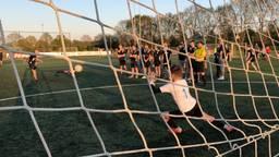 Ruim driehonderd voetballers doen mee aan de wereldrecordpoging. (Foto: Imke van de Laar)
