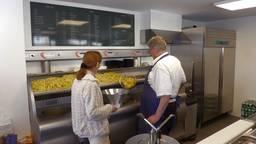 De 81-jarige De Fer bakt weer volop friet.