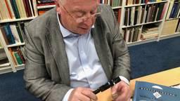 Muntenhandelaar Karel de Geus bestudeert zijn bijzondere munt.