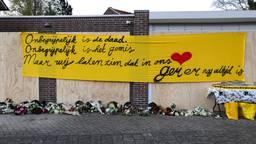 Spandoek en bloemen voor omgebrachte Ger van Zundert tijdens de herdenking. (Foto: René van Hoof)