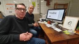 Ontwerpers Ivo van Leeuwen en Sander Neijnens met hun lettertype TilburgsAns. (Foto: Collin Beijk)