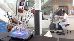 Chirurg Misha Luyer demonstreert de operatierobot.