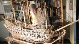 Eric van der Stoep bij zijn modelboot.