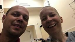 Bianca en haar man Michiel in het ziekenhuis in Moskou. (Foto: Bianca Leesberg)