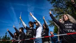 Demonstranten bij de varkensstal in Boxtel. (Foto: Rob Engelaar)