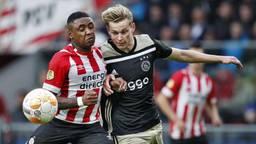Steven Bergwijn in duel met Frenkie de Jong (foto: ANP).