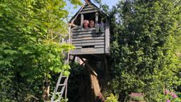 Abel en zijn oma in de zelfgebouwde boomhut (Foto: Imke van de Laar)