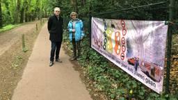 Peter Collard en Nelly Theunissen bij een spandoek in de Jagersboschlaan.