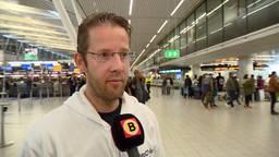Woordvoerder Eric Dekker van AVROTROS houdt het nieuws in Israël goed in de gaten.