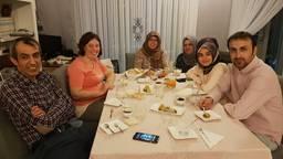 Dursun (links) en zijn gasten tijdens de iftar.