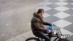 Deze man wordt gezocht voor het gooien van een molotovcocktail. (Foto: politie)