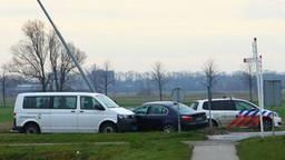 De politie bij het Volkswagenbusje en de BMW (foto: Charles Mallo/SQ Vision).