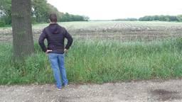 Kees Leenders uit Helenaveen bij het veld waar de windmolens moeten komen.