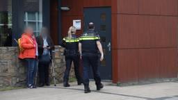 Politie aanwezig bij raadsvergadering over stalbezetting. (Foto: Sander van Gils/ SQ Vision)