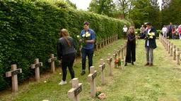 Een witte roos voor elk graf van een slachtoffer van het bombardement