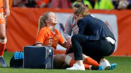 Kika van Es met veel pijn op het veld tijdens duel met Australië (foto: VI Images).