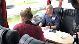 Gebruik van een smartphone achter het stuur: politiecontrole vanuit een bus levert bijna zeshonderd bekeuringen op in Oost-Brabant (Foto: Paul Post)