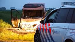 Waarschijnlijk stond de uitgebrande bestelbus er al even. (Foto: Gabor Heeres/SQ Vision)