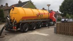 In de wijk Klein Brabant in Vught rijden tankwagens af en aan om het riool te legen. (Foto Twitter @Vught