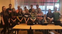 Leerlingen en docenten dragen voetbalshirt voor ALS (foto: Tonnie Vossen)