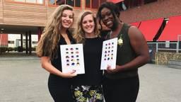 Nanda Polderman met twee eindexamenleerlingen tijdens de diploma-uitreiking in 2018. (foto: Nanda Polderman)