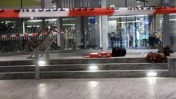De steekpartij heeft plaatsgevonden bij de fietsenstalling op het station (Foto: Perry Roovers).