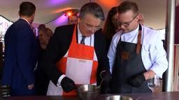 Foto: Wim van de Donk als gelegenheidschef in Bergen op Zoom