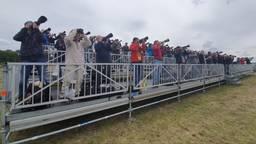 Spotters volgen de staaljagers tijdens de spottersdag op Vliegbasis Volkel (foto: Collin Beijk)