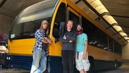 De trotse bandleden voor hun nieuwe festivalbus (van links naar rechts: Niels van den Bogaert, Sander Ottens en Frank van den Bogaert).
