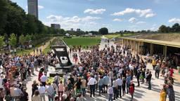 Drukte bij de opening van het Spoorpark (Foto: Tom van den Oetelaar)