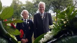 Piet van Oorschot en Toontje van Dommelen leggen een krans bij het monument in Schijndel.