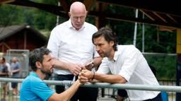 Mark van Bommel (onder), John de Jong (rechts) en Toon Gerbrands (boven) in overleg (foto: VI Images).