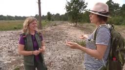 Maud in gesprek met boswachter Janneke.